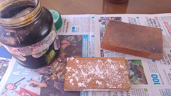 Tablita, piedra pomez y cuero (bruñidor)